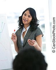affärskvinna, meddelad, beräknar, försäljningarna, etnisk