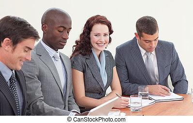 sonriente, reunión, Hombres de negocios, trabajando