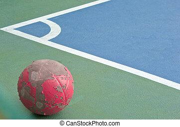 viejo, rojo, Pelota, en, Esquina, de, futsal, campo,