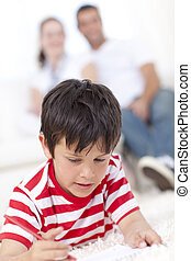 Boy drawing on floor in living-room - Little boy drawing on...