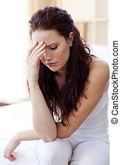 hermoso, mujer, teniendo, dolor de cabeza, Cama
