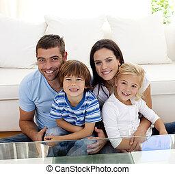 retrato, feliz, familia, sonriente, sala de estar