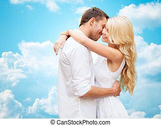 Feliz, par, Abraçando, sobre, azul, céu,
