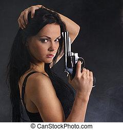 Sexy, mujer, con, Arma, en, ahumado, Plano de fondo,
