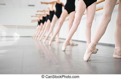 jovem, Dançarinos, bailarinas, em, classe,...