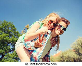 sorrindo, par, tendo, divertimento, e, mostrando,...