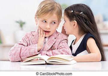 dois, pequeno, CÙte, meninas, sussurrando, segredos,