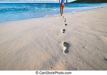 mulher, em, bonito, praia., foco, ligado, footprints.,