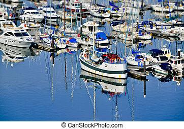 boote und spiegelung - bunte boote im hafen mit spiegelung