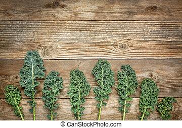 verde, col rizada, hojas, en, madera,