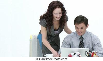 joven, empresa / negocio, socios, trabajando, juntos