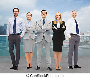 ville, groupe, sur, Hommes affaires, fond, Sourire