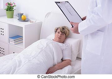 anciano, mujer, en, privado, clínica,
