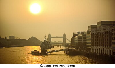 Relaxed morning on the River Thames - Life on the river...