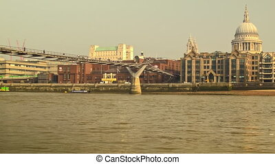 Panoramic view of Millennium Bridge - Catch the relaxed...