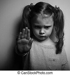 capretto, ragazza, esposizione, mano, segnalazione, a,...