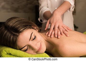 mujer, teniendo, masaje, espalda