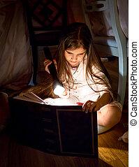 pequeno, menina, leitura, livro, sob, cobertor, em, noturna,...