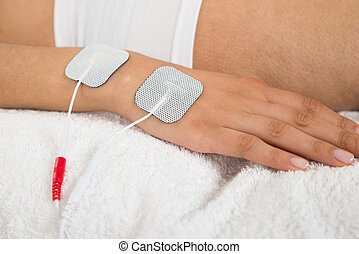 mujer, con, electrodos, en, ella, mano,