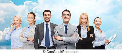 groupe, de, Sourire, Hommes affaires, sur, bleu, ciel,