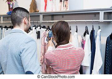 marido, Porción, esposa, a, elegir, ropa,