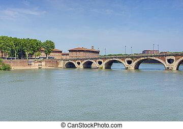 Toulouse cityscape - Bridge over th Garonne river in...