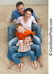 familia, cuatro, Sentado, alfombra