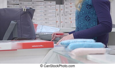 Checklist: Packing pregnancy hospital bag for pregnant women in baby and maternity shop