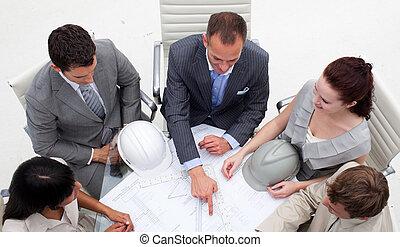 alto, ángulo, joven, Arquitectos, trabajando, planes