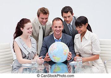 negócio, equipe, segurando, mundo, global,...