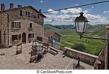Castelluccio di Norcia - ein schoenes Pamorama vom Dorfplatz...