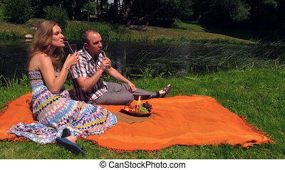 couple picnic water bun - couple drink lemonade and eat...