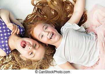 dos, alegre, niñas, reír, juntos,