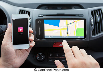 phone with autoplay to the car mediasystem with navigation map