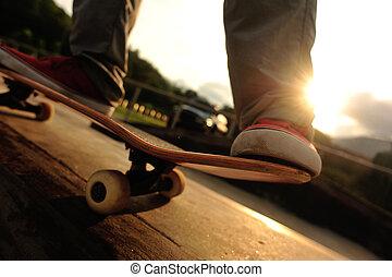 piernas, el skateboarding, salida del sol,  skatepark