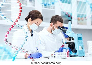 científicos, con, Portapapeles, y, microscopio, en,...