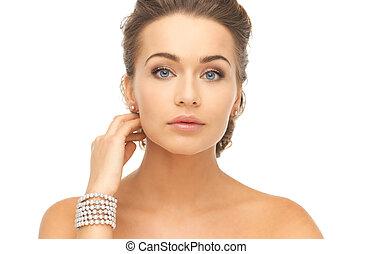 mujer, con, perla, pendientes, y, pulsera,
