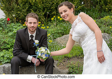 Newlyweds in the wedding garden - junges Brautpaar bei...