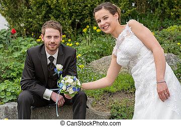 Newlyweds in the wedding garden - junges Brautpaar bei...