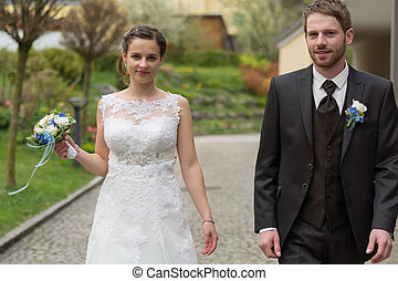 young married couple in the garden - junges Hochzeitspaar...