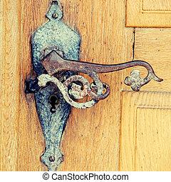 viejo, oxidado, hierro, manija, en, medieval, puerta,