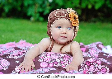 bebé, niña, exterior, en, Un, hechaa mano,