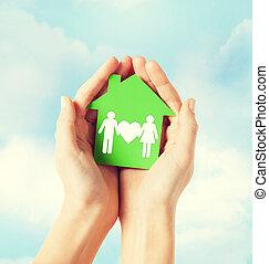 mãos, segurando, verde, casa, com, família,