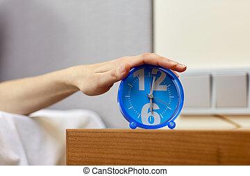 cierre, Arriba, de, mano, en, alarma, reloj, en, dormitorio,...