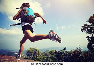 joven, asiático, mujer, excursionista, Funcionamiento, en,...
