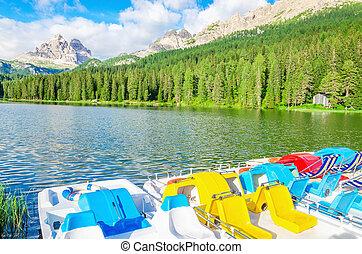 coloré, pedalos, sur, les, Lac, Misurina, dans, Italie,