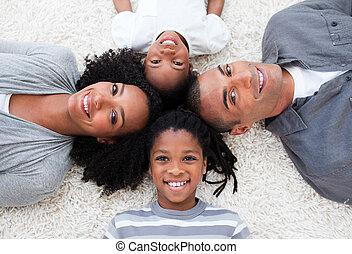 sonriente, afroamericano, joven, familia, acostado, piso