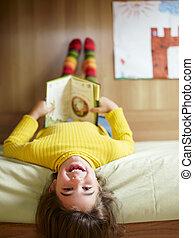 leány, felolvasás, könyv
