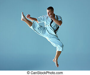 hombre, en, blanco, kimono, entrenamiento, karate,