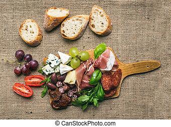 cherry-tomatoes, queso, fuente, carne, aceitunas, encima, superficie, pedazos, rústico, hierbas, madera, tabla, fresco, áspero, uvas, arpillera,  bread